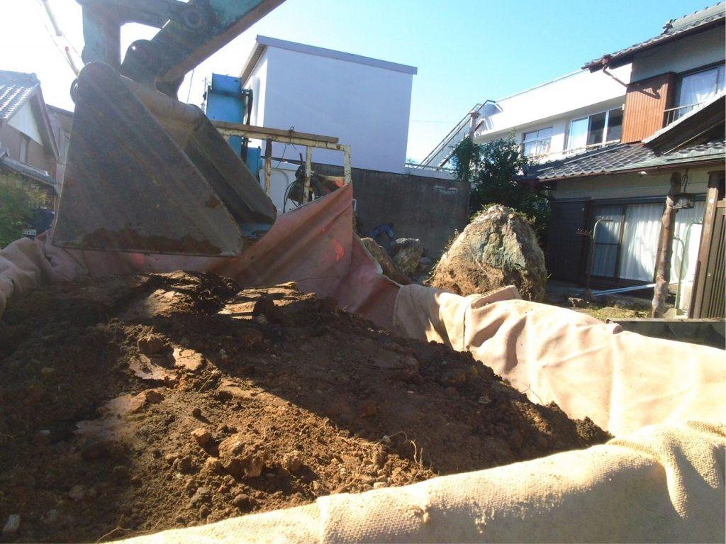 トラックに土をドンドン積み込んでいきます。