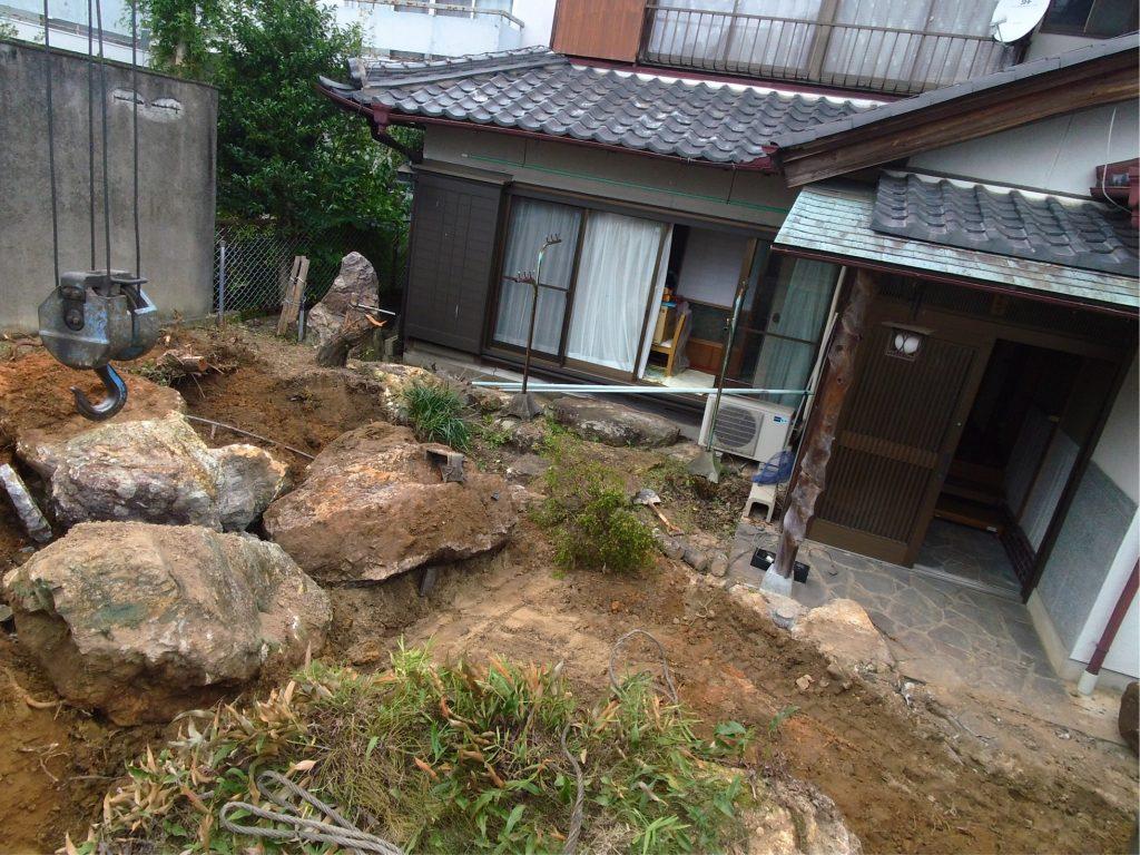 手前の大きい庭石をなんとかして積み込む!